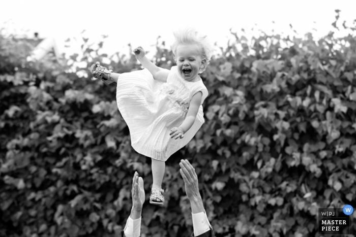 Fotografía de la boda de Zuid Holland | La imagen contiene: bebé, brazos, arbustos, negro, blanco, exterior