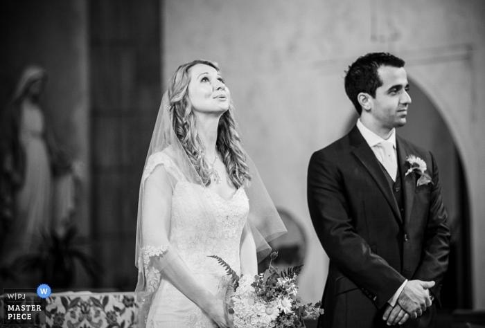 Huwelijksfotograaf in Manhattan | Afbeelding bevat: ceremonie, kerk, bruid, bruidegom, bloemen, binnenshuis