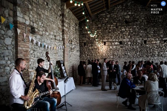 Morbihan Hochzeitsfotografie | Bild enthält: Empfang, Steingebäude, Schloss, Musiker, Saxophon, Cello, Gitarre, Gäste
