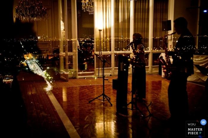 Paris Hochzeitsfotograf | Bild enthält: Musiker, Sänger, Farbe, Reflexion, drinnen