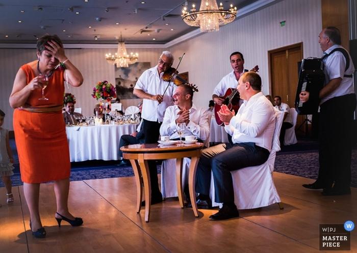 Sofia Dokumentarfilm Hochzeitsfotograf | Bild enthält: Empfang, Farbe, Musiker, drinnen, Frau