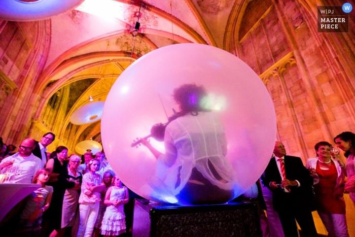 Hochzeitsfotografie in Zuid Holland | Bild enthält: Kirche, Farbe, Musiker, Wubble-Blase, Farbe, Empfang, Hochzeitsgäste