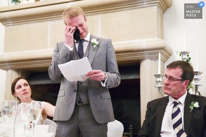 Leicestershire Dokumentarfilm Hochzeitsfotograf   Bild enthält: Toast, Rede, Bräutigam, Vater, Braut, Weinen, Empfang