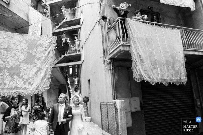 Fotografía de la boda de Reggio Calabria | La imagen contiene: blanco y negro, novia, novio, ceremonia de boda, invitados