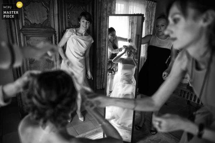 Melbourne Hochzeitsfotograf macht ein Schwarz-Weiß-Bild von der Braut, die die letzten Schliffe auf ihr Make-up aufgetragen bekommt, bevor sie den Gang entlang geht