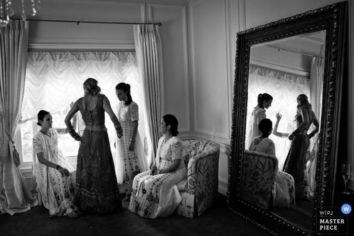 Denver-Hochzeitsfotograf schießt den Moment der Brautjungfern, die in diesem Schwarzweiss-Foto fertig werden