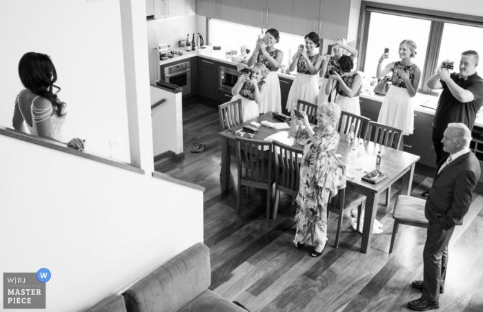 El fotógrafo de bodas de Nueva Gales del Sur capturó esta imagen en blanco y negro de una novia que se revela a sí misma con su vestido a su familia por primera vez