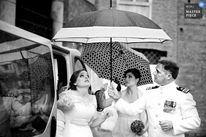 Rome bride trying to avoid the rain in her dress - Lazio wedding photography