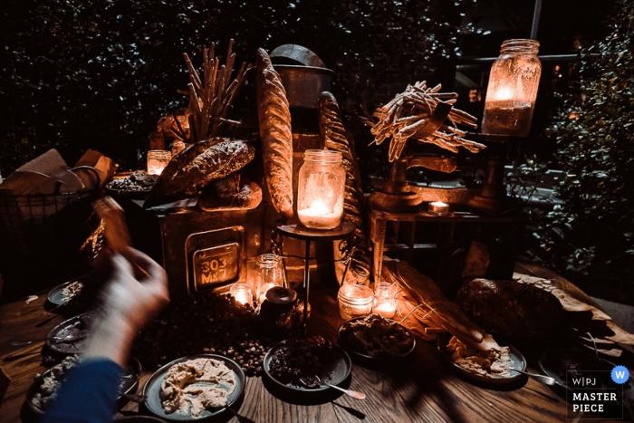 El fotógrafo de bodas de Nueva Gales del Sur capturó el suave resplandor de las linternas de tarro de albañil mientras encendían la mesa de aperitivos en esta recepción nocturna al aire libre