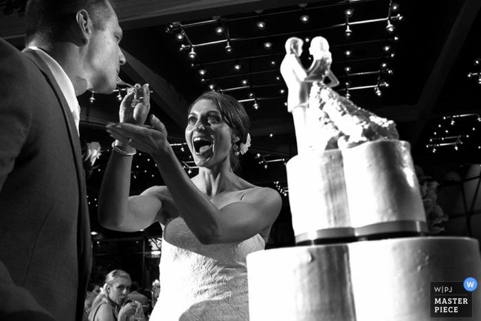 La mariée de Chicago nourrit le gâteau de mariage à la réception - Illinois wedding photo