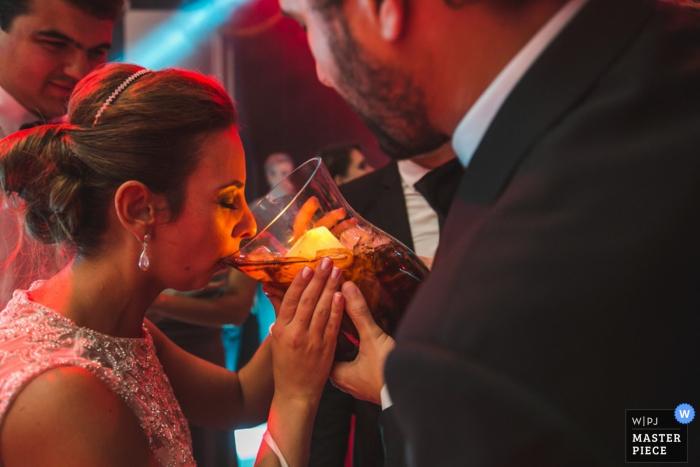 Novia de Santa Catarina tomando una gran copa en la recepción - Fotografía de boda en Brasil