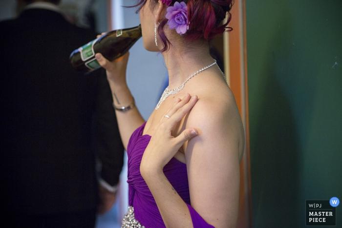 Invitado de Bizkaia disfrutando de una bebida en la boda - foto de la boda de España