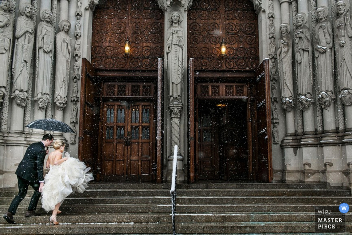 Manhattan braut und bräutigam zu fuß die kirchentreppe hinauf mit einem regenschirm New York City Hochzeitsfotografie