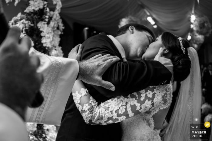 photographie de mariage baiser en noir et blanc à Rio de Janeiro | pendant la cérémonie de mariage