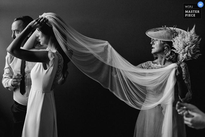 Madrid sposa ottenere aiuto con il suo vestito al matrimonio | Spagna fotografia di matrimonio