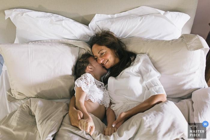 La sposa di Parigi giace con un bambino piccolo nel suo vestito | Fotografia di matrimonio in Francia
