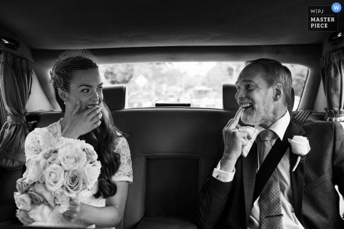 La mariée de Victoria a le père de souligner quelque chose dans ses dents   Reportage de mariage en Colombie-Britannique photo