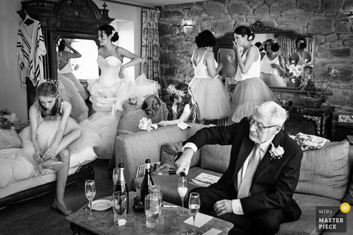Fotografia di nozze della Scozia della sposa che si prepara con le bevande che sono versate