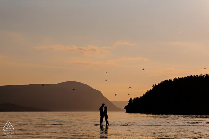 曼尼托巴訂婚攝影。 趟水,一對夫婦在日落時擁抱。