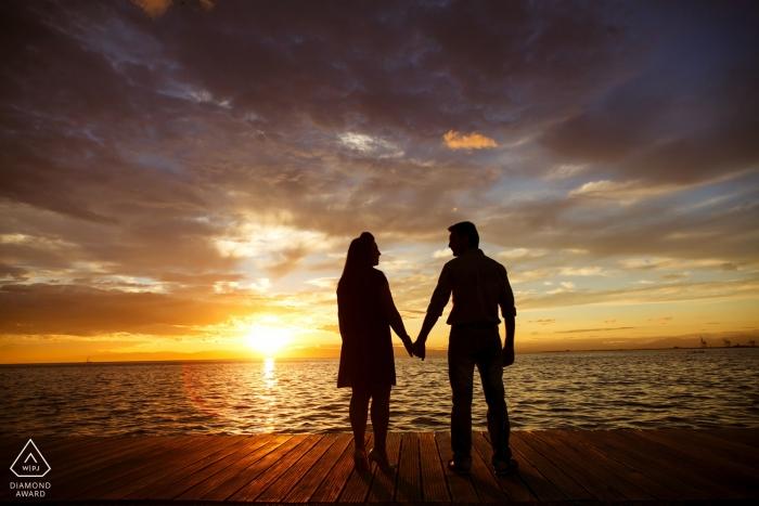 Photographe de fiançailles en Grèce | Portraits de quai à l'océan au coucher du soleil