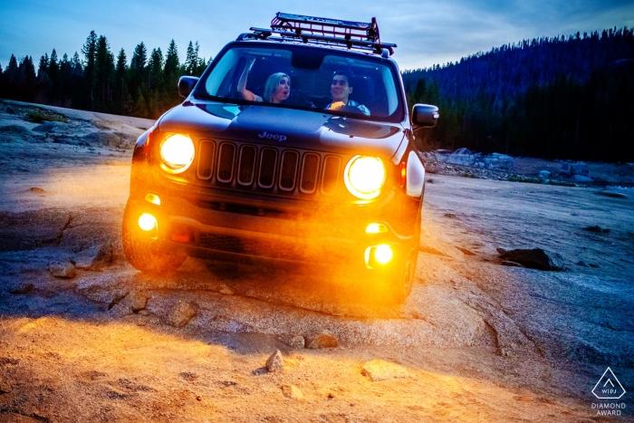 Off-road SUV Lake Tahoe pre-huwelijksportret sessie in de schemering met behulp van de koplampen van de auto