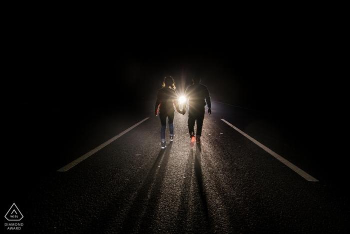 Séance de photographie de fiançailles en Chine - Portraits de nuit précédant le mariage dans les rues avec les phares de la voiture