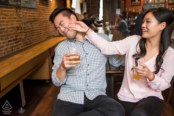 Photographie de fiançailles en Californie | Séance de portrait avant mariage au bar avec de la bière
