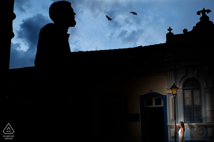 Goiás couple posing in the early evening under birds in the city