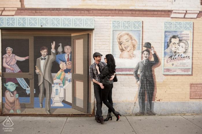Charlie Chaplin Photo bombardeert dit verlovingsportret van Boston op straat