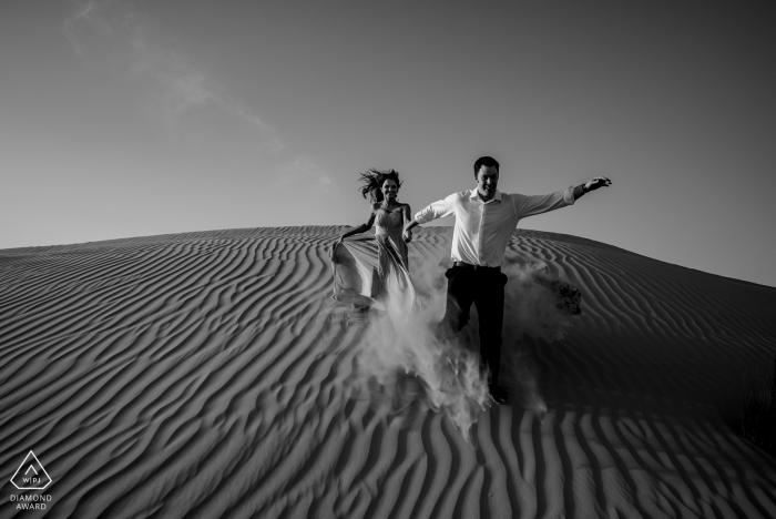 Photographe de mariage à Dubaï pour des portraits de fiançailles dans le désert
