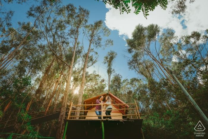 Pre-huwelijksfotografie in een boomhut in Colombia | Betrokkenheidssessie