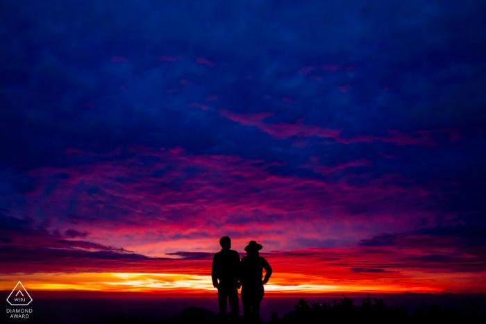 Verlobungssitzung für ein Paar in der Nähe des Hawksbill Mountain Summit bei Dawn in the Fall