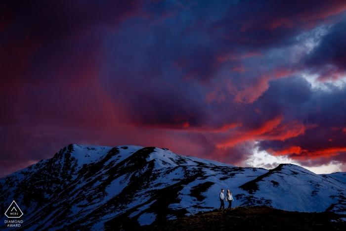 Photographe de fiançailles au Colorado capturé de grands nuages, de la lumière et des montagnes couvertes de neige