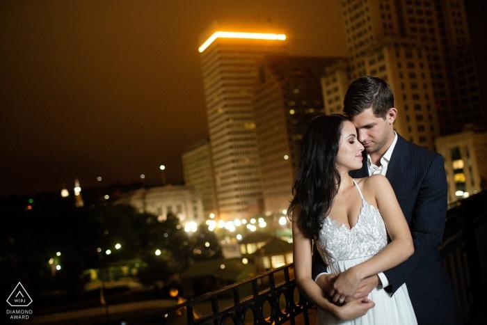 Fotos de compromiso antes de la boda en Providence de una pareja en la ciudad por la noche | RI retrato de disparar