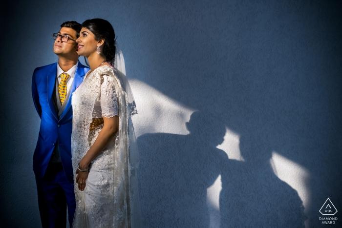 Kochi-huwelijksverloving fotografie van een paar in goed licht met blauwe tonen