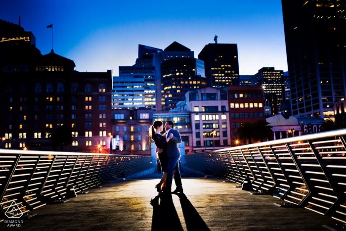 Séance de photos de fiançailles en milieu urbain à San Francisco avec un couple | Photographe californien