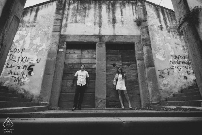 De deuren | zwart-witte verlovingbeelden van een paar in de straten | Arezzo-fotograaf pre-huwelijksshoot met fotograaf