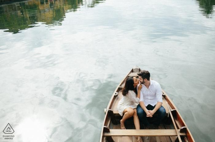 Da Nang Wedding Engagement Fotograaf De fotografie van Vietnam in een kleine boot op het water