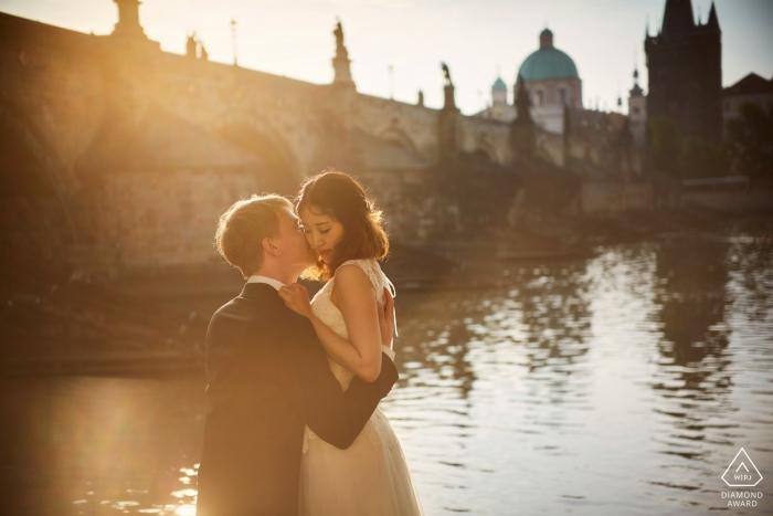 Une séance de fiançailles Golden Light près du pont Charles à Prague
