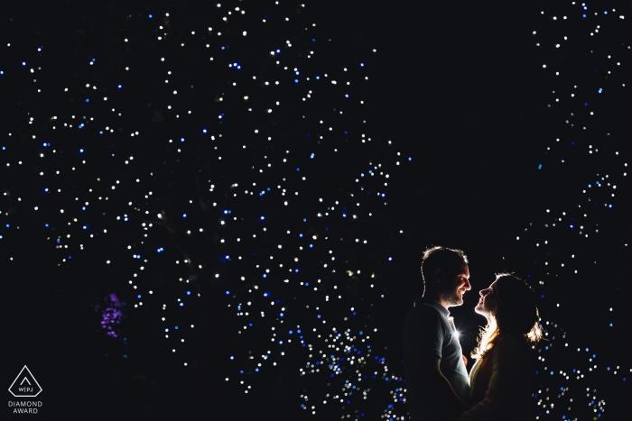 Ein spanisches Verlobungsfoto - Shooting eines Paares in der Nacht mit einem dunklen Himmel Madrider Fotograf