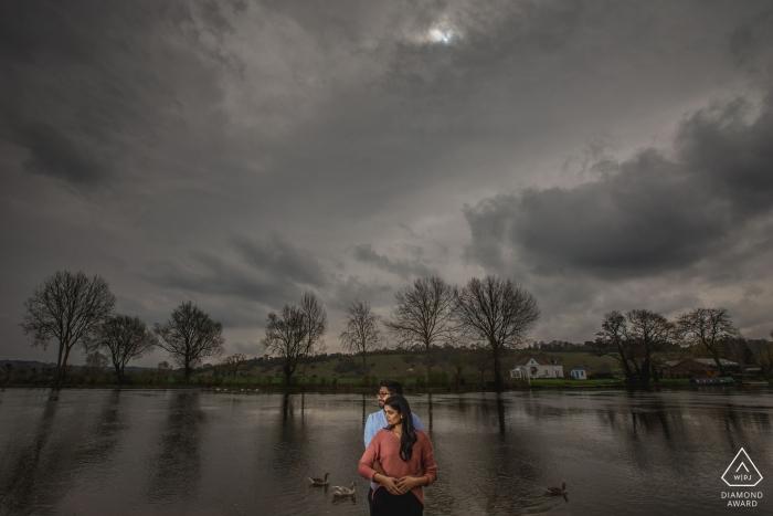 Muslim Pre Wedding Photography - Photographe de mariage asiatique, indienne et sikh - Portrait d'un couple de fiancés au bord de la rivière