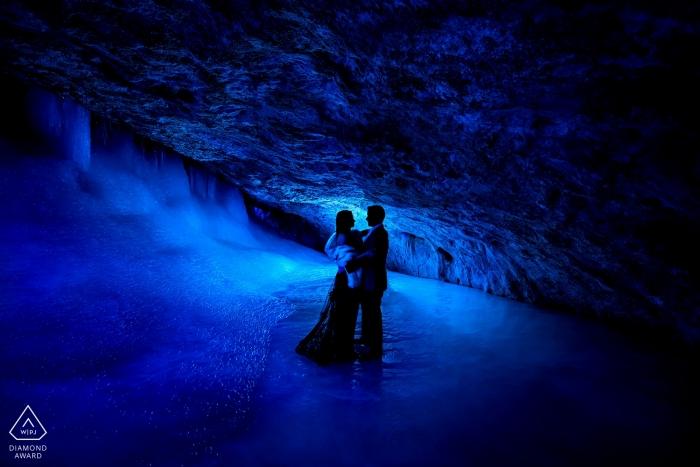 Séance photo de fiançailles avec la grotte de glace du parc Rifle Mountain Park   Portraits bleus et allumés