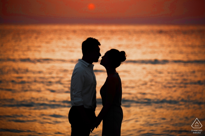 Wedding engagement pictures at sunset at the beach by Shandong photographer