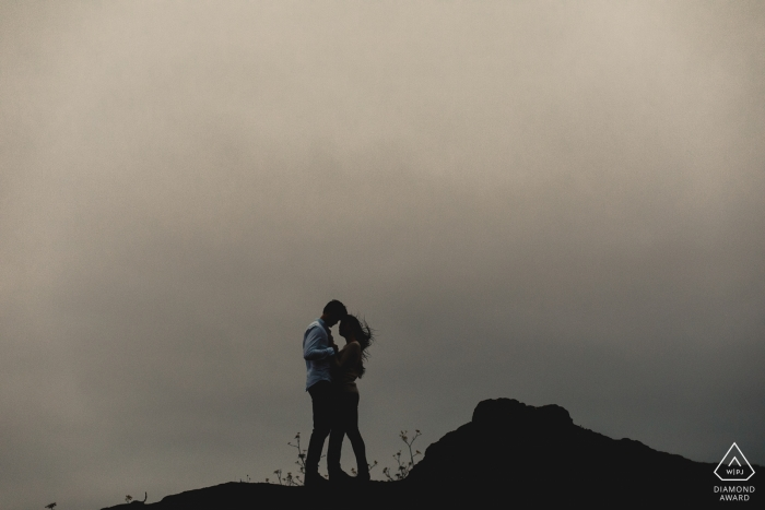San Francisco, CA - Steady Love - Un couple sur la colline pour un portrait avant le jour du mariage