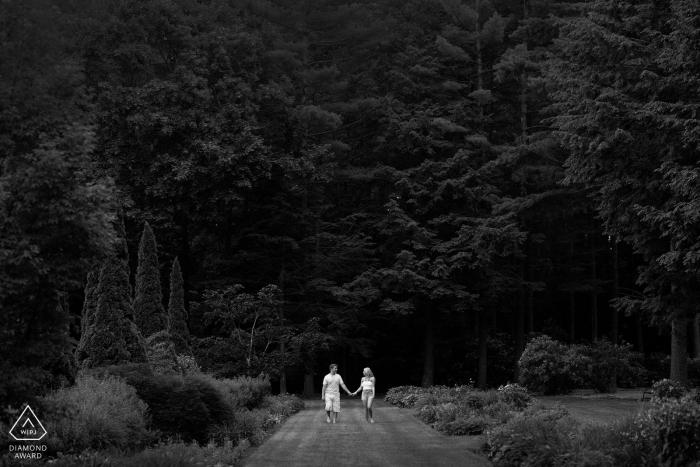 Portrait de pré-mariage du Connecticut | Couple marchant dans le parc