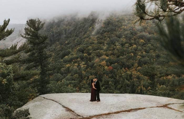 Neue Hamsphire-Engagement-Fotografie-Portrait-Sitzung im Wald auf einem flachen Felsen