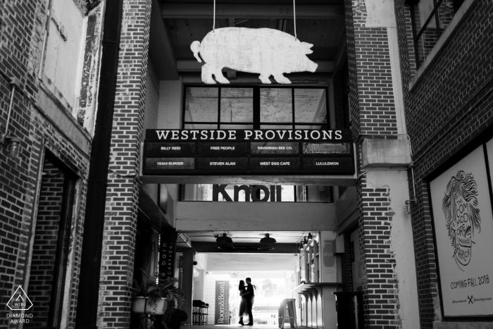 Westside Provisions, Atlanta, GA - Silhouette vor der Hochzeit Porträt in den Geschäften.