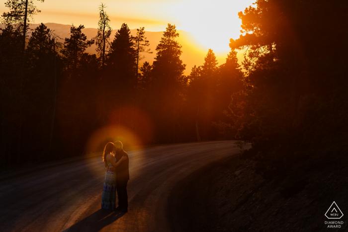 Séance de portrait de fiançailles au coucher du soleil au Golden Gate Canyon State Park