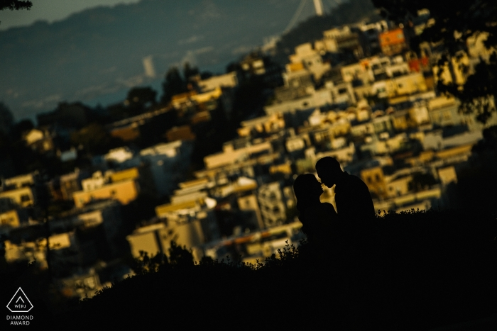Silhouettieren Sie Verpflichtungsporträt dieses San Francisco-Paares, das die Sonnenstadt übersieht