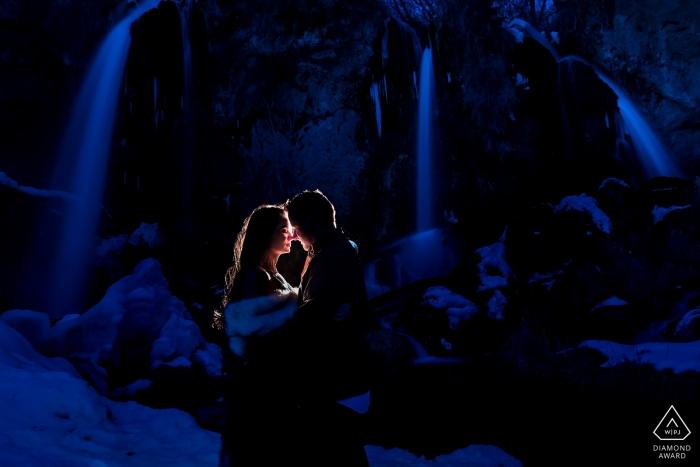 Photographe de fiançailles de Rifle Falls - Mariée et marié près de la cascade de CO